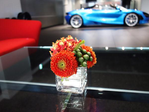 輸入車ショールームのお花